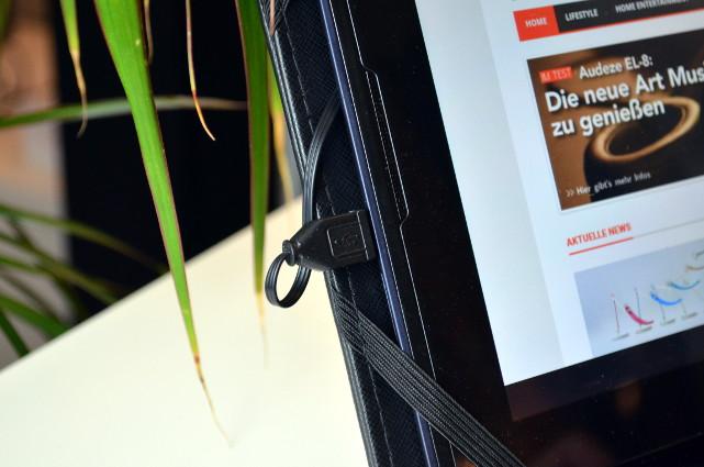 Der Anschluss erfolgt ganz simpel über die USB-Buchse des Tablets.