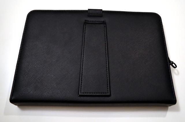 Die Tablet-Hülle in eleganter Lederoptik ist handlich und griffig.