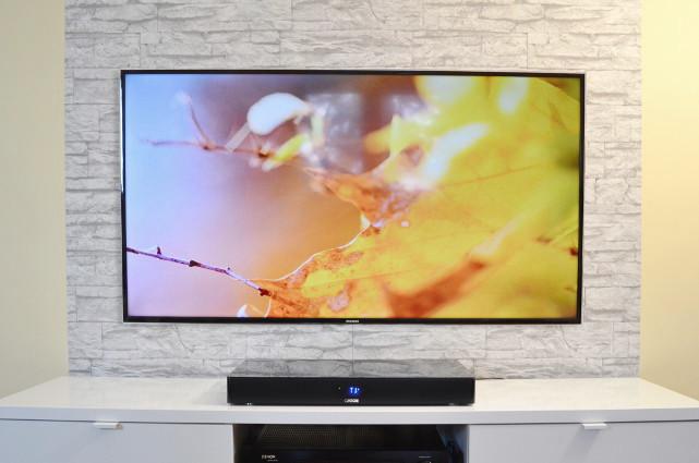 Der kompakte DM55 bietet nur für den Standfuß kleinerer TV-Geräte genügend Platz.