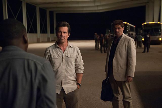 Als plötzlich ein gewisser Alejandro (Benicio del Toro, r.) auftaucht, ist Kate verwirrt. (© Studiocanal)