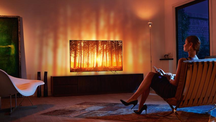 Philips AmbiLux befreit das Bild von den Begrenzungen des TVs und bringt die Action auf die Wand hinter dem TV.