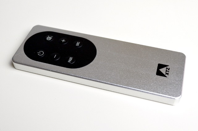 Die extrem schicke Fernbedienung wird u.a. zum Bluetooth-Pairing gebraucht.