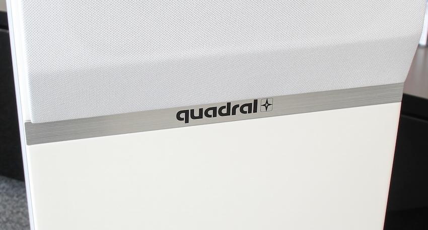 """Sehr edel: Statt eines """"platten"""" Kunststoffschildchens schreibt Quadral seinen Markennamen in die frontseitig eingelassene Metallverzierung."""