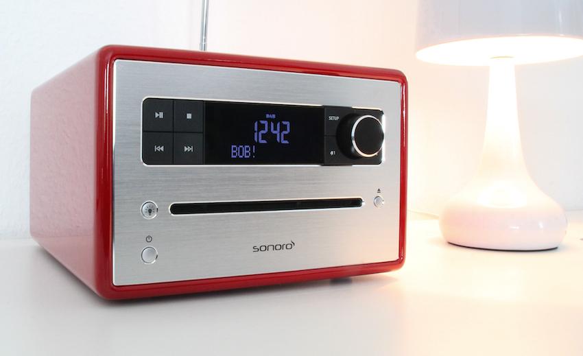 CD, FM, DAB+, Bluetooth, Dual-Wecker, Uhr, Relax-Sounds und Naturklänge, auch wenn das sonoroCD eher kompakt und designorientiert daher kommt, hat es doch alles mit an Bord, was ein Entertainment-System für den Schlaf- oder Gästezimmer-Einsatz benötigt.