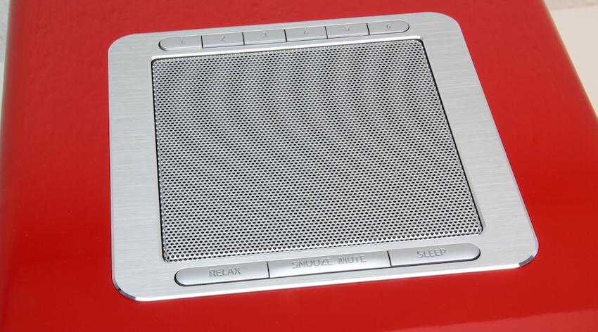 Der in die Oberseite integrierte Drei-Zoll-Breitband-Lautsprecher sorgt für jede Menge Power und durch 360°-Technologie für einen erstaunlich raumfüllenden Klang.
