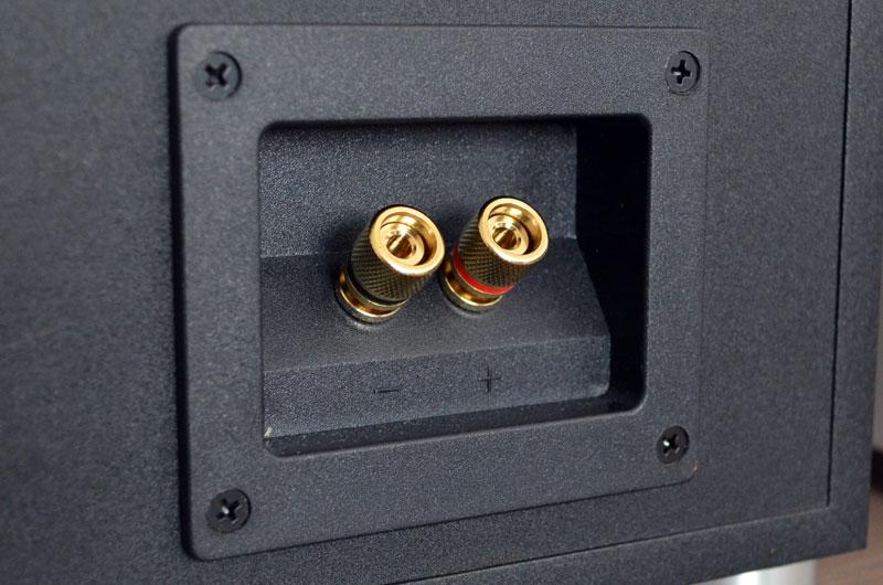 Ebenfalls beiden Modellen gemein sind die hochwertigen Schraubklemmen (hier an der CS 120), die auch dickere Kabel und Bananenstecker aufnehmen.
