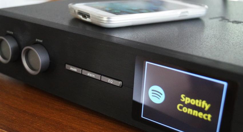 Mittels Smartphone/Tablet lässt sich eine Spotify-Connect-Verbindung herstellen. Damit hat man Zugriff auf rund 30 Millionen weiterer Songs.