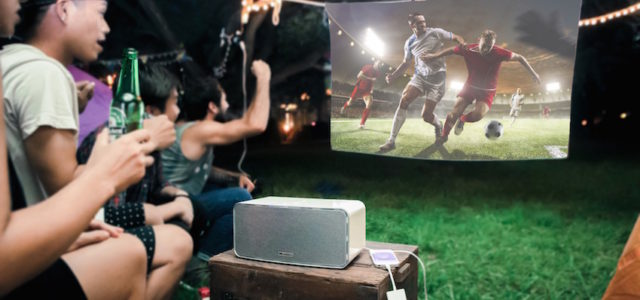 "Public Viewing im Garten: All-in-One-Projektor ""Flicks Dashbon"""