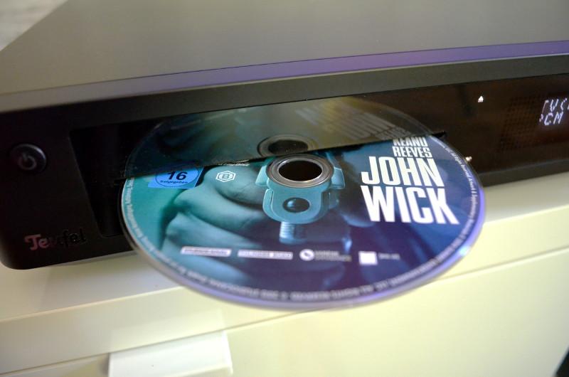 Die Discs werden zum Einlegen ganz einfach sanft in den Slot gedrückt.