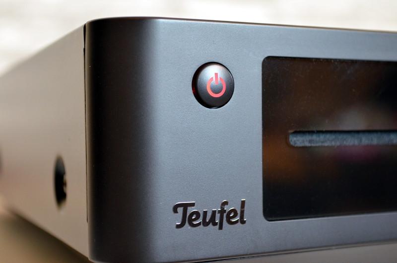 Auch die Details wie der sanft beleuchtete Standby-Knopf und das Herstellerlogo sind stimmig und hochwertig ins Gesamtdesign integriert.