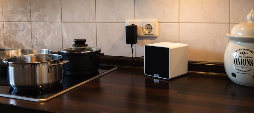 Der Qube BT ist flexibel einsetzbar. Beispielsweise morgens am Frühstückstisch und mittags beim Kochen in der Küche.