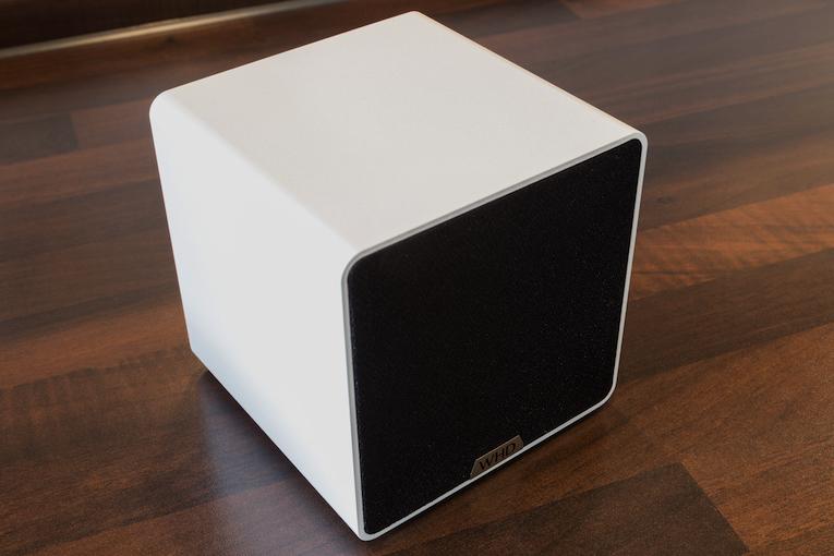 Mit einer Seitenlänge von je 12 Zentimetern zeigt sich der WHD-Kabellos-Speaker zwar kompakt, aber dennoch groß genug, um ordentlich zu klingen.