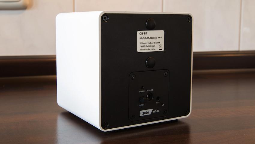 Die Rückseite des Qube BT bietet neben einer Buchse für die Stromzufuhr lediglich einen Reset-Knopf und einen Ein-/Ausschalter.