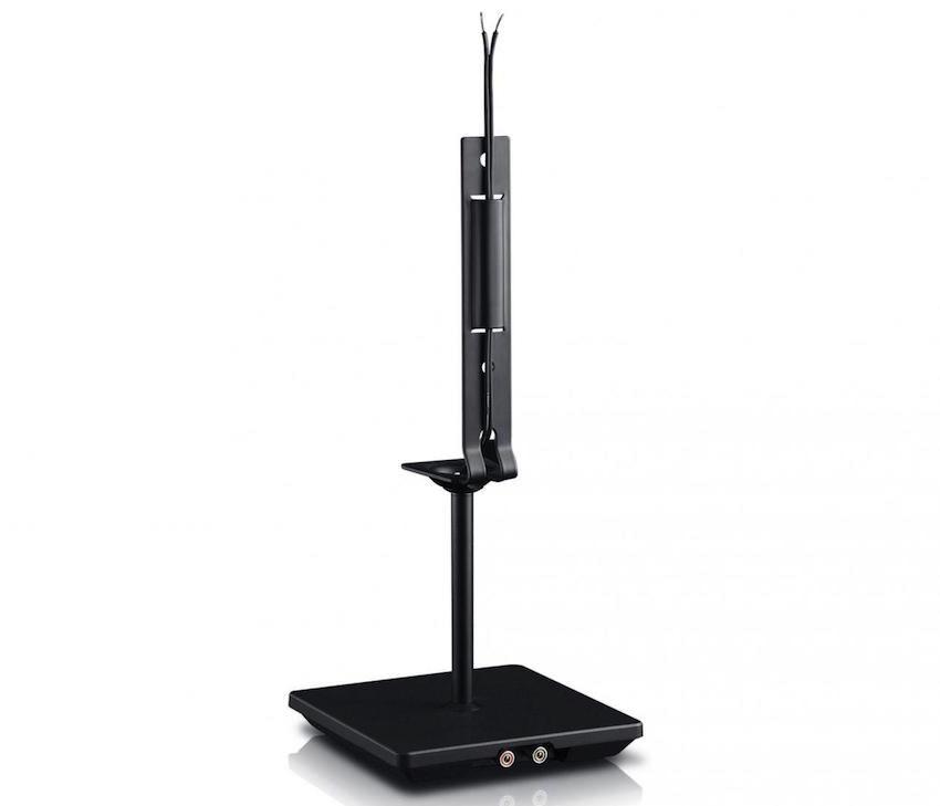 Saubere Sache: Nachdem der Tischfuß montiert ist, erfolgt die Verbindung zum Satelliten ganz einfach über die integrierten Lautsprecherkabel.