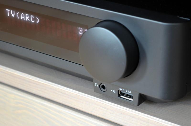 Praktisch am Blu-ray-Receiver sind die Frontanschlüsse für Kopfhörer und USB-Speichermedien unter dem großzügigen Drehregler.