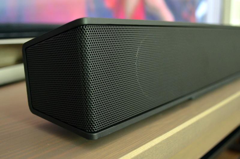 Die Center-Schale lässt den Lautsprecher minimal über dem Lowboard schweben, versperrt aber nicht den Blick auf den Bildschirm.
