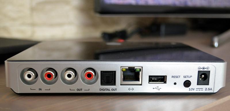 Verfügbaren Platz effizient genutzt: Der kleine Connector bietet Eingänge für Cinch-Kabel und USB-Medien.