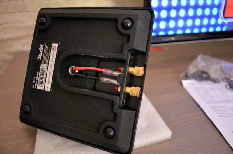 Beim Zusammenbau der Standfüße werden Flachstecker an die Schraubklemmen angeschlossen. Bei unseren Testmodellen sind die Kabel noch rot und schwarz, das finale Produkt setzt komplett auf dezentere schwarze Kabel, passend zur mitgelieferten 30-m-Rolle zum Anschluss an den Impaq 8000.