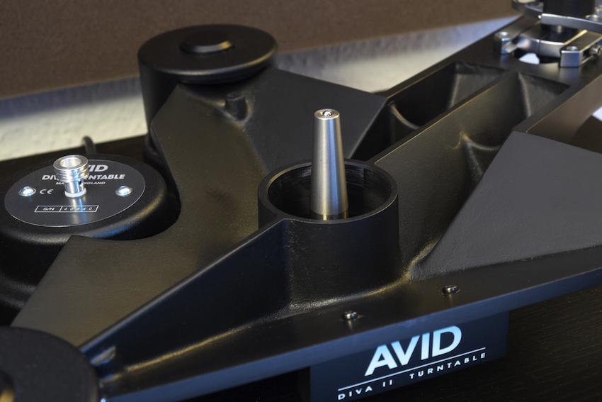 Das pfeilförmige Subchassis mit dem massiven, eingepressten Lagerdorn ist das Herzstück eines jeden AVID-Plattenspielers. Im Hintergrund ausserdem gut zu erkennen: Das Motor-Pulley für den Doppelriemen-Antrieb des DIVA 2 SP, einer der wichtigen Unterschiede zum kleineren Modell.