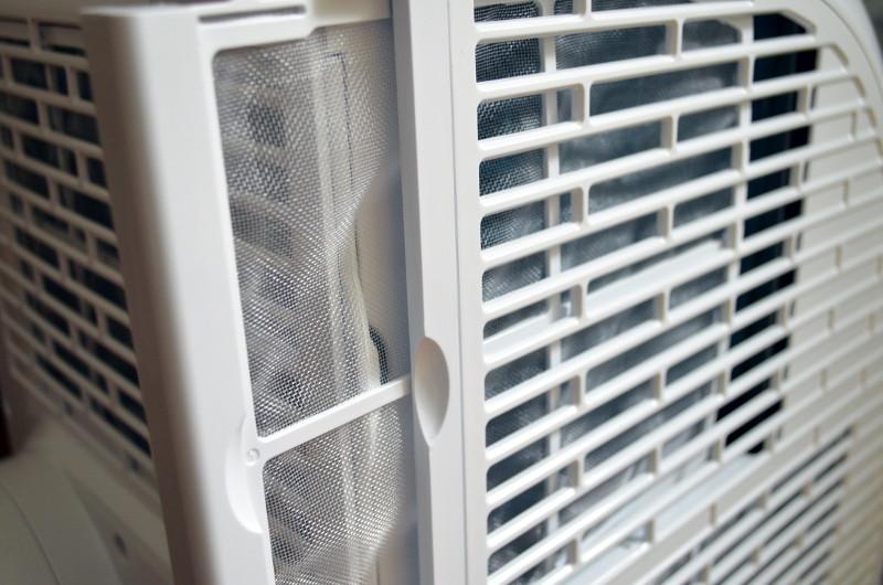 Die Luftfilter der Klimaanlage müssen zur Erhaltung der Kühleffizienz regelmäßig gereinigt werden.