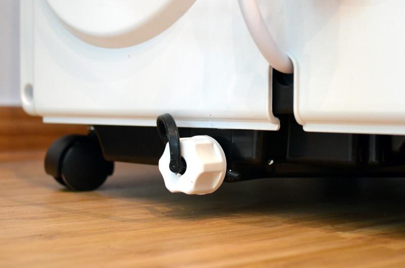 Die Position des Wassertank-Verschlusses macht das Leeren ohne Abfluss im Boden umständlich.