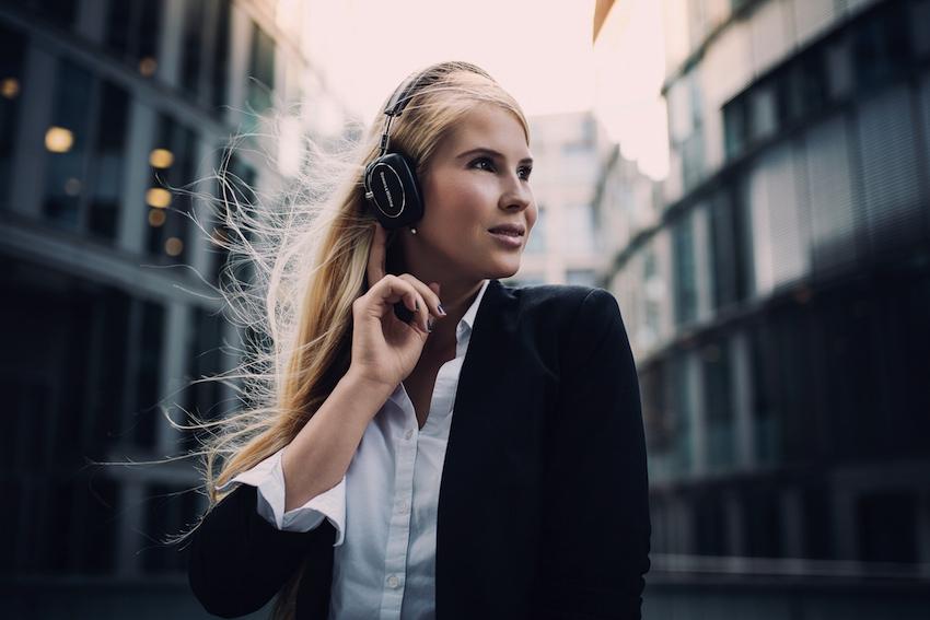Telefonieren leicht gemacht: Um Anrufe entgegen zu nehmen bzw. zu beenden, genügt ein kurzer Druck auf die in der rechten Ohrmuschel platzierte Taste.