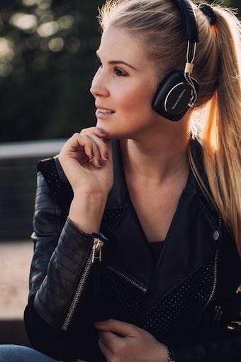 Schluss mit Kabelsalat: Statt über nervige Strippen werden Audiosignale via Bluetooth-Verbindung an den P5 Wireless übermittelt.