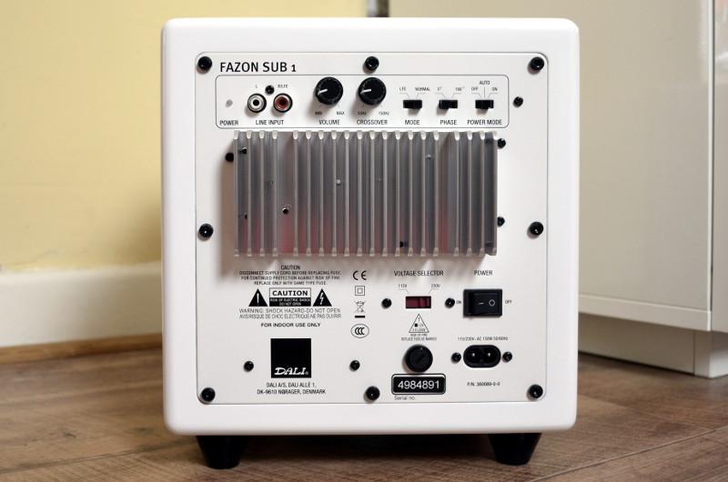Die Rückseite des Subs bietet diverse Funktionen zur Klangregelung.