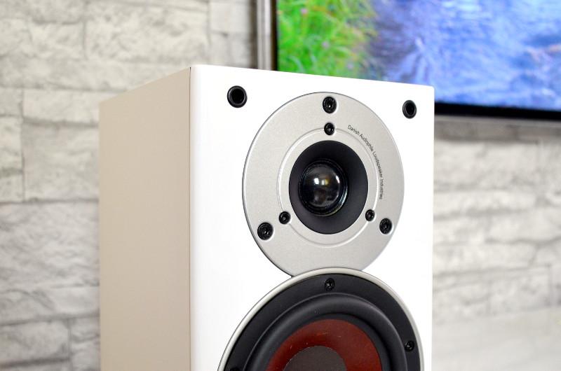 Die Pico sind für eine breite Schallabstrahlung konzeptioniert und werden daher parallel zur Wand aufgestellt.