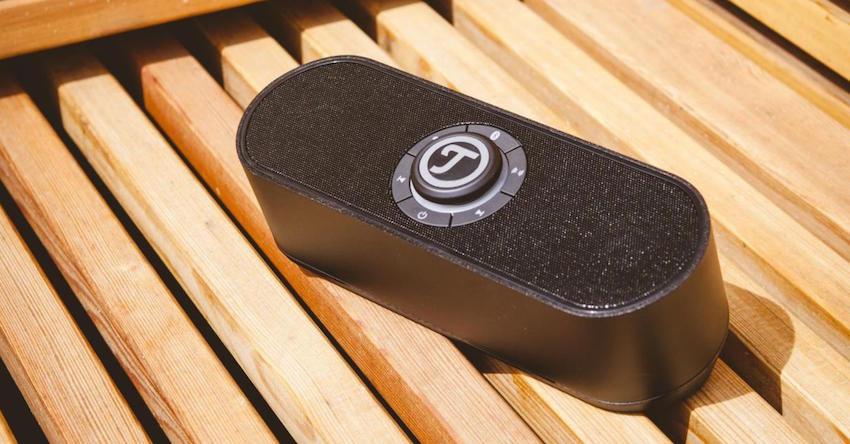 Kompakter und kraftvoller Bluetooth-Lautsprecher aus hochwertigem Aluminium mit Ladeschale und Teufel Dynamore® Technologie für eine breite Klangbühne.