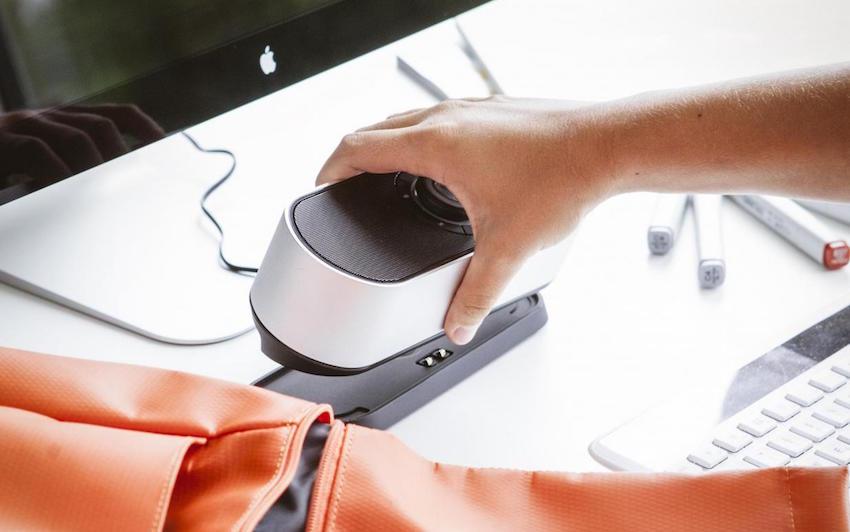 Zum Lieferumfang gehört eine Ladeschale, auf die der Lautsprecher einfach aufgesetzt wird. So wird der Akku geladen, während der BAMSTER PRO an seinem angestammten Platz – zum Beispiel auf dem Schreib- oder Nachttisch, in der Küche oder im Hobbyraum –, aufspielt.