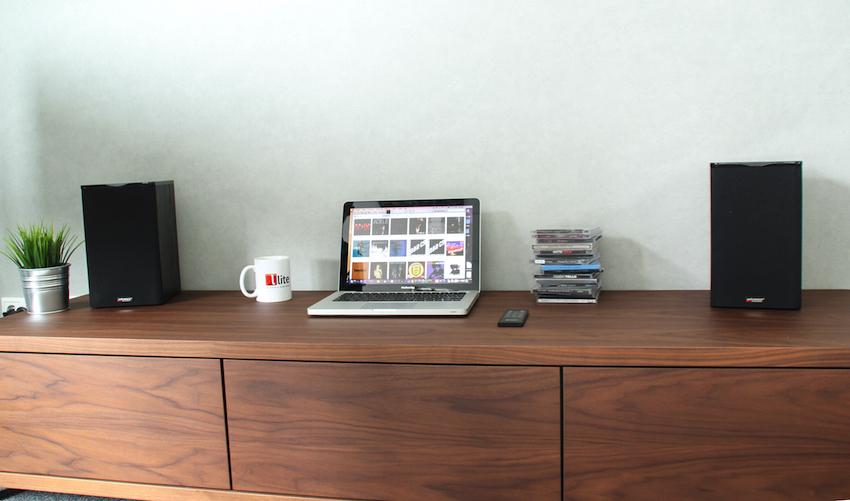 So platzsparend und unauffällig kann ein modernes HiFi-Setup heutzutage sein.