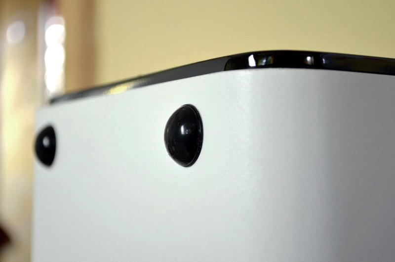 Für Entkopplung sorgen selbstklebende Gummifüße - zumindest beim Aufstellen auf dem Lowboard.