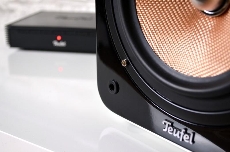 Die hochglänzende Schallwand macht einen sehr guten Eindruck und selbst die Stecklöcher für die Frontblende stören nicht.