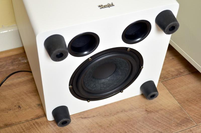 Für den satten Bass sorgen ein langhubiger 160-mm-Tieftöner und zwei Bassreflexports im Downfire-Prinzip.