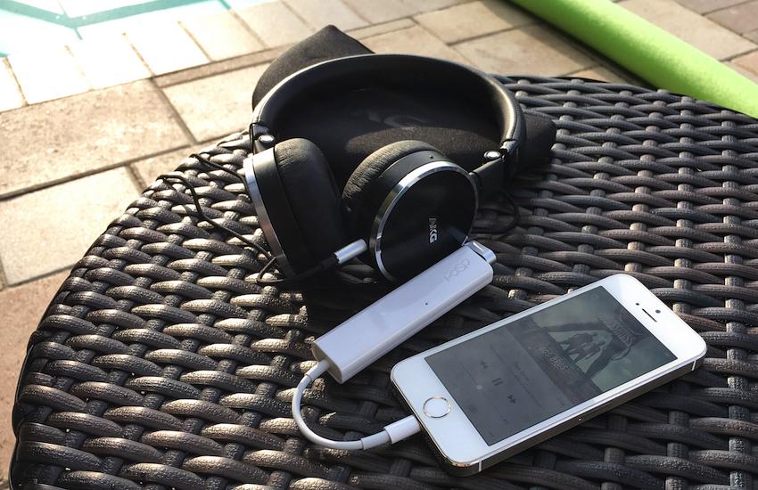 Lighting Adapter und i-dSp werden einfach zusammengesteckt und mit iPhone und Kopfhörer verbunden. Schon ist die Installation abgeschlossen.
