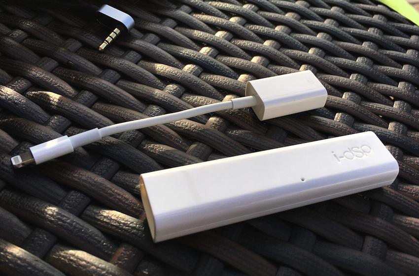 Mehr braucht es nicht, um seinem iPhone bzw. iPad besten Sound zu entlocken: den HRT i-dSp (vorn) und einen Lightning to USB Camera Adapter.