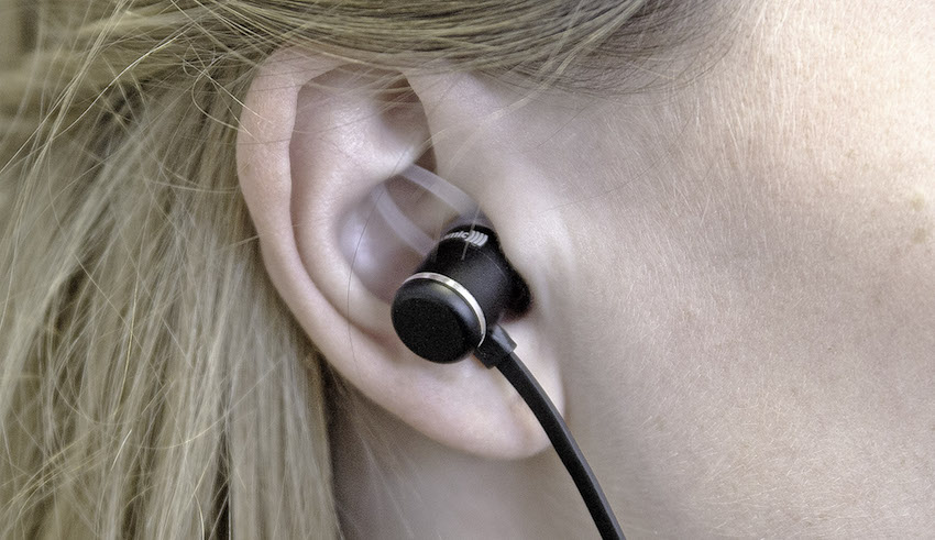 Die Silkonschlaufen werden zusätzlich zu den normalen Aufsätzen montiert und schmiegen sich beim Tragen in die Ohrmuschel. So sitzt der Kopfhörer immer optimal im Hörkanal