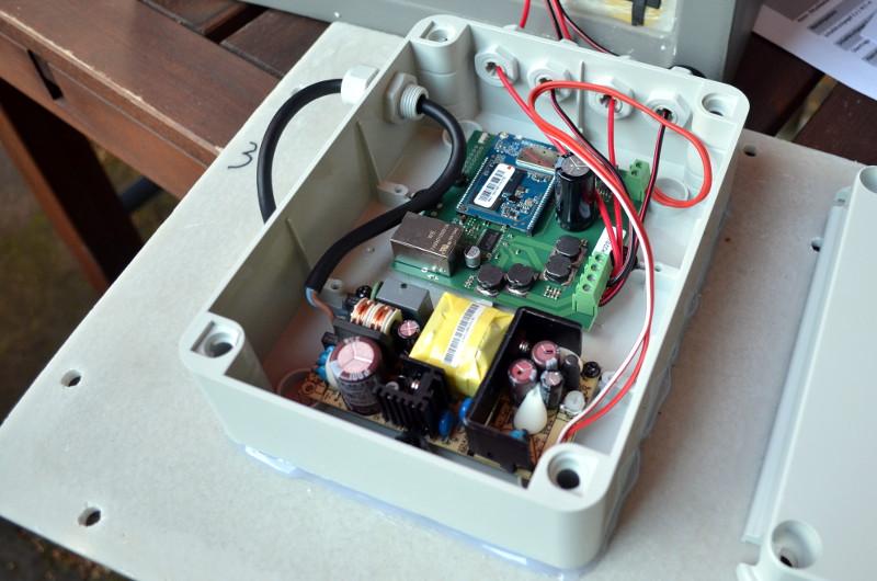 Der WLAN-Receiver ist normalerweise gut verschlossen im Inneren verstaut - bei der Installation wird er unter Umständen benötigt.