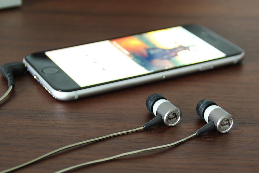 Leicht und schick, silber und schwarz: Das Design der Move Pro passt sich perfekt an das moderner Smartphones und Tablets an.