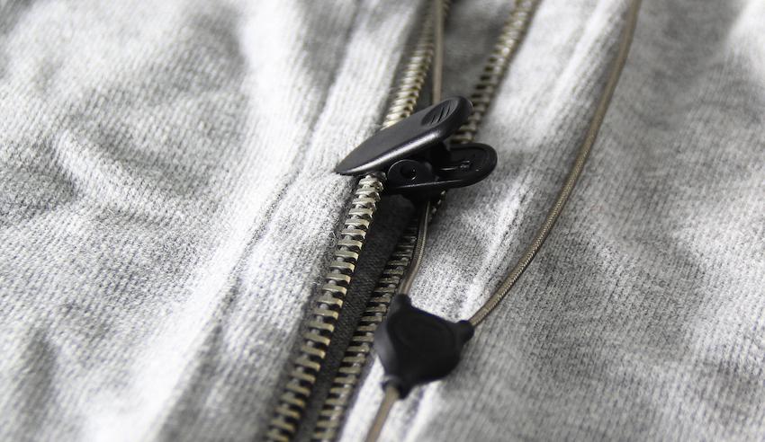 Simpel aber praktisch: mit Hilfe der zum Lieferumfang gehörigen Klammer lässt sich das Kabel sauber an der Kleidung entlangführen.