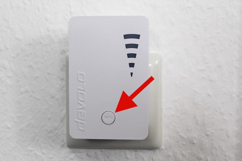 Sind Sie Besitzer eines WPS-fähigen Routers, muss nur das entsprechende Köpfchen am Devolo WiFi Repeater und am Router gedrückt werden.