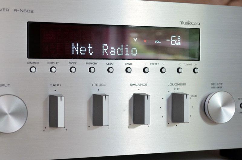 Der R-N602 präsentiert sich mit einem Mix aus runden und rechteckigen Elementen.