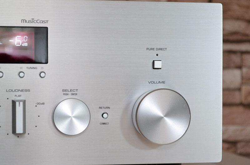 Die Connect-Taste zwischen den beiden Drehreglern wird zum Einrichten ins MusicCast-Netzwerk benötigt.