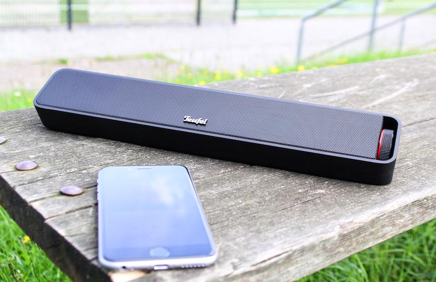 Teufels neuester Bluetooth-Klangriegel ist zwar 31,5 Zentimeter breit, passt aufgrund seiner schlanken Form aber in jede Sport- oder Handtasche.