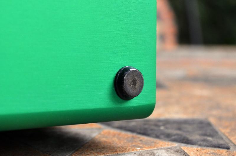 Für sicheren und rutschfesten Stand sorgen vier kleine Gummifüße.