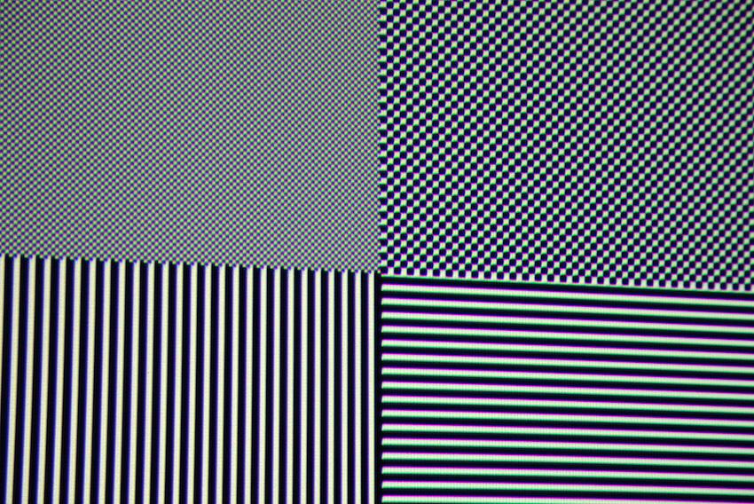 Als nächstes projizieren wir diverse Testbilder auf die Leinwände, um eventuelle Unterschiede auszumachen. Der Screenshot des Testbildes zeigt, dass beide Leinwände sämtliche Full-HD-Inhalte des VPL-HW45 abbilden. Trotzdem scheint das Bild auf der Barium Ultra 8K minimal feiner aufgelöst zu sein. Das Schachbrettmuster in Pixelauflösung wirkt auf dem Barium Ultra 8K minimal plastischer - gleich so, als ob die schwarzen Felder dunkler erschienen. Ganz offensichtlich erzeugt die Barium Ultra 8K weniger Streulicht zur Seite als die bereits sehr gute Barium 6-4K. Foto: Michael B. Rehders