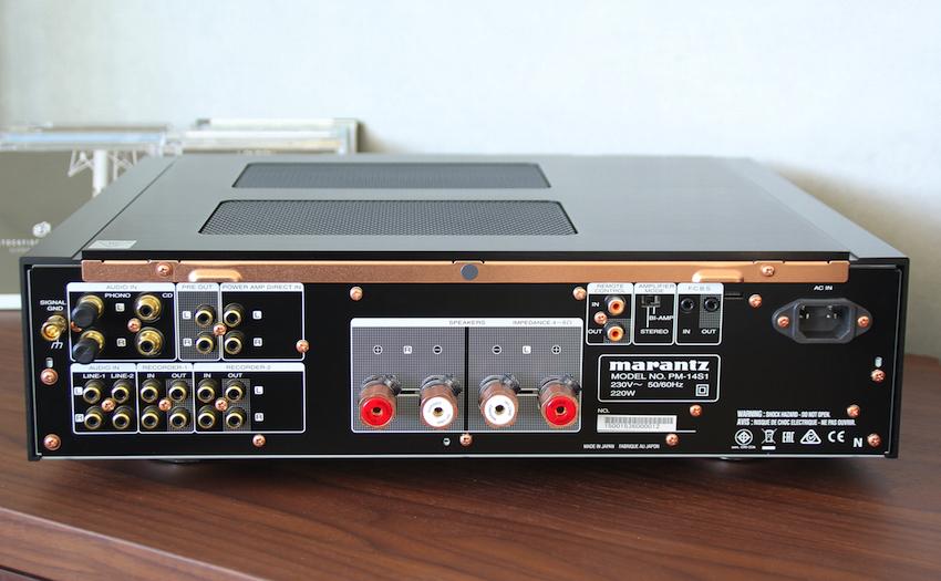 Die Rückseite des PM-14S1 SE kann sich ebenfalls sehen lassen. Auffälligstes Maerkmal sind die wertigen Lautsprecheranschlüsse. Vorverstärker-Ausgänge (Pre Out) und ein Phono-Eingang inkl. Masseklemme sind hier ebenso selbstverständlich.