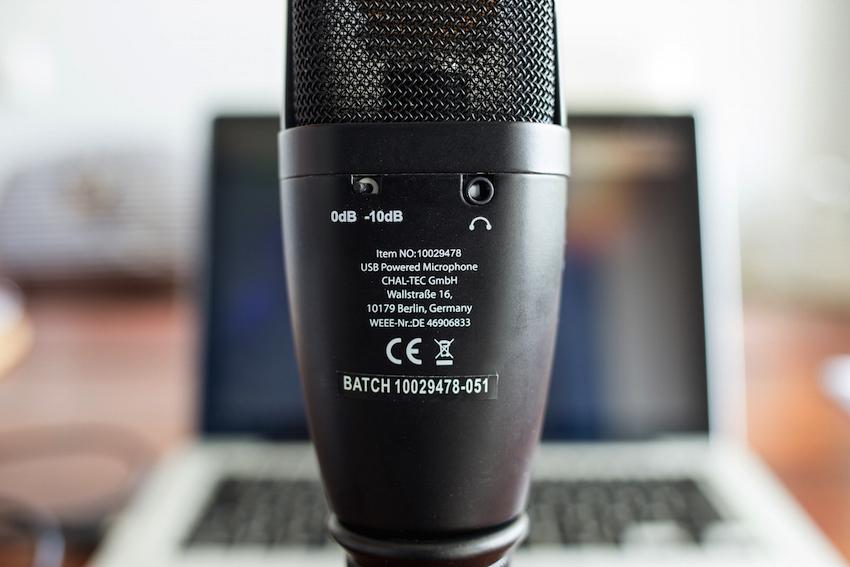 An der Rückseite des Mikros lässt sich ein Kopfhörer anschließen, über den z.B. die aktuelle Aufnahme kontrolliert werden kann.