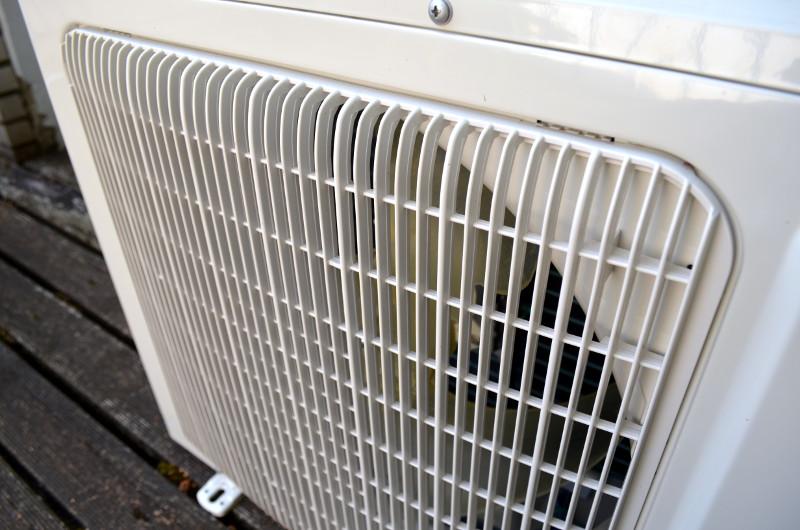 Der Rotor des Außengerätes ist hinter einem fest montierten Schutzgitter platziert.